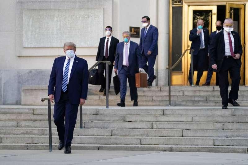 川普5日傍晚走出華特・里德醫學中心,準備回到白宮。(美聯社)