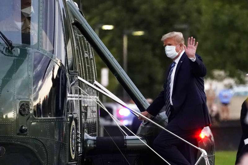 美國總統川普5日傍晚走出華特・里德醫學中心,搭上「陸戰隊一號」回到白宮。(美聯社)