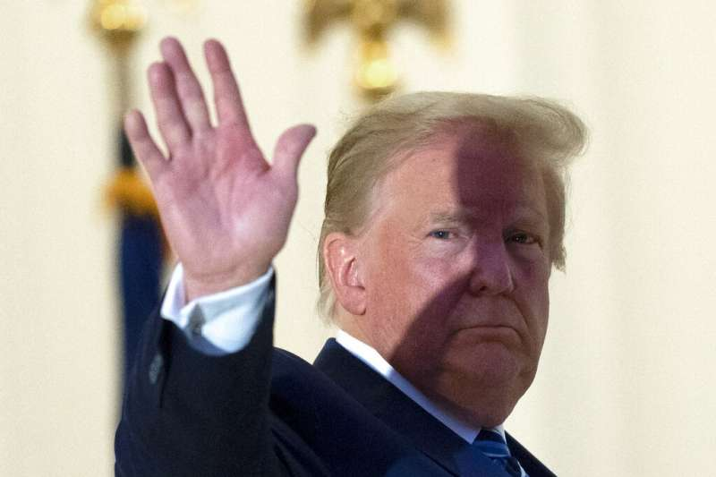 作者認為美國總統大選已淪為川普一人的「低俗秀場」。圖為美國總統川普染疫後首度回到白宮。(資料照,取自美聯社)