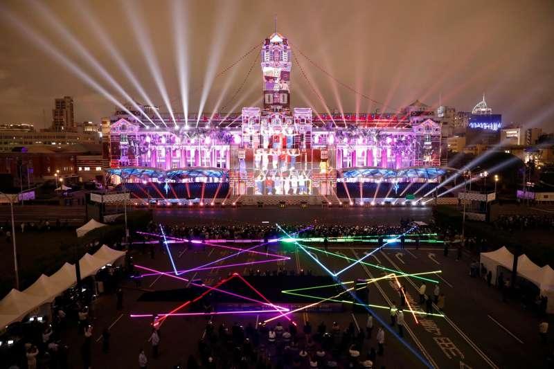 為慶祝中華民國109年的國慶,總統蔡英文6日晚出席「109年國慶總統府建築光雕展演」。(文總提供)