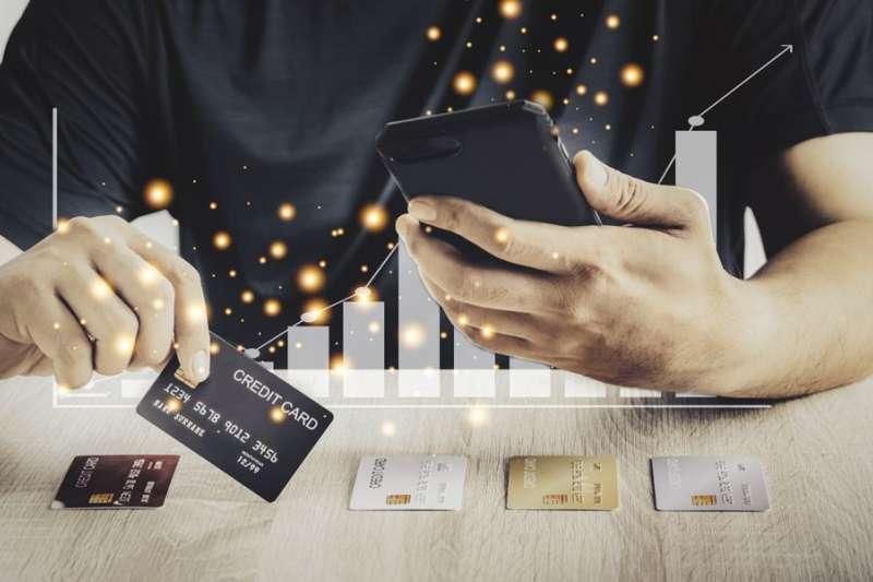 社會新鮮人想辦信用卡,不妨從這5張高回饋的信用卡裡挑選!(圖/Money錢提供)