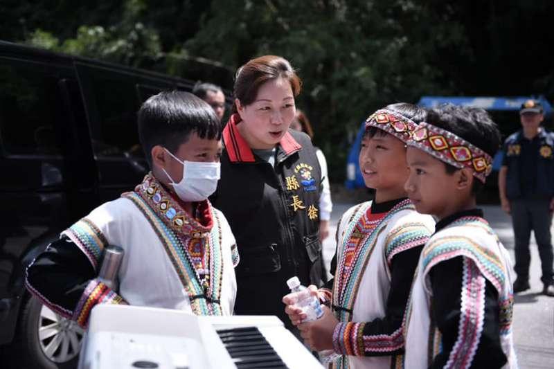 「花蓮后」徐榛蔚(左二)勤跑原住民部落,還會說六種原住民語言。(翻攝自徐榛蔚臉書)