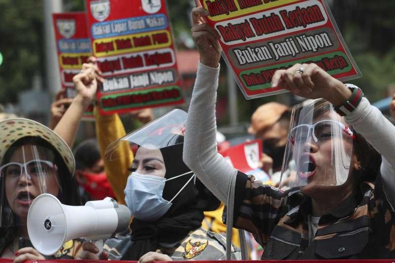印尼國會5日表決通過具爭議性的創造就業綜合法案,該法案卻遭批削弱勞工權益,為環境保育帶來隱患,大批市民6日於各大城市開始進行連續3天的全國大罷工。圖為印尼民眾抗議政府大規模防疫限制措施。(美聯社)