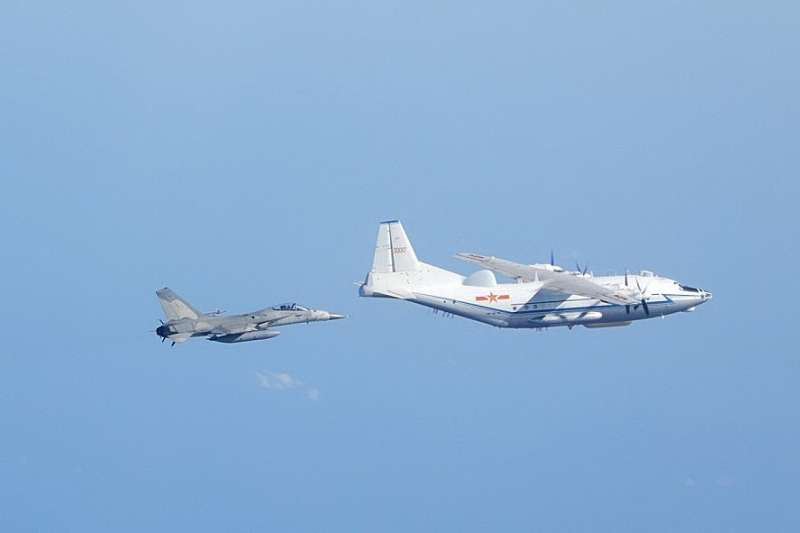 共軍戰機多次繞台飛行且數次越過海峽中線威脅台灣安全,引起各界憂慮。(國防部提供)