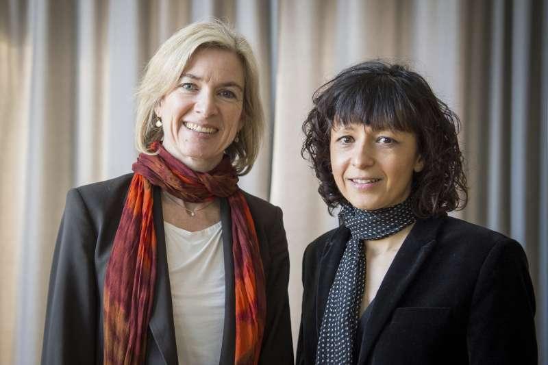 2020年諾貝爾化學獎得主夏彭提耶(右)與道納。(美聯社)