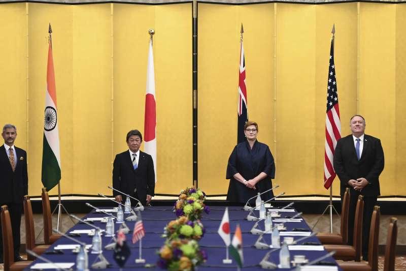 2020年10月6日,美日澳印四國外長在東京舉行四方安全對話,由左至右分別為印度外長蘇傑生、日本外相茂木敏充、澳洲外長佩恩、美國國務卿龐畢歐(AP)