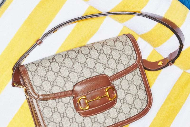GUCCI於1955年推出的HorseBit包,已經出現品牌的經典格紋(圖片來源:GUCCI Instagram)