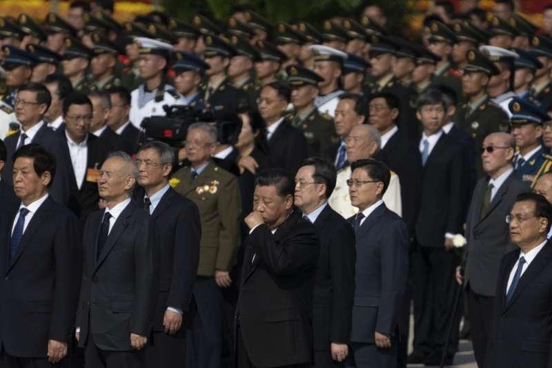 中國國家主席習近平9月30日出席烈士紀念日活動,被鏡頭捕捉到摀嘴咳嗽。(AP)
