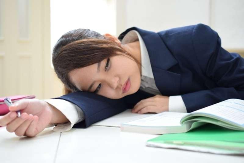 臺灣國高中上課時間是全世界最長,究竟要不要延後至9:30再到校,網友熱議。(示意圖/photoAC)