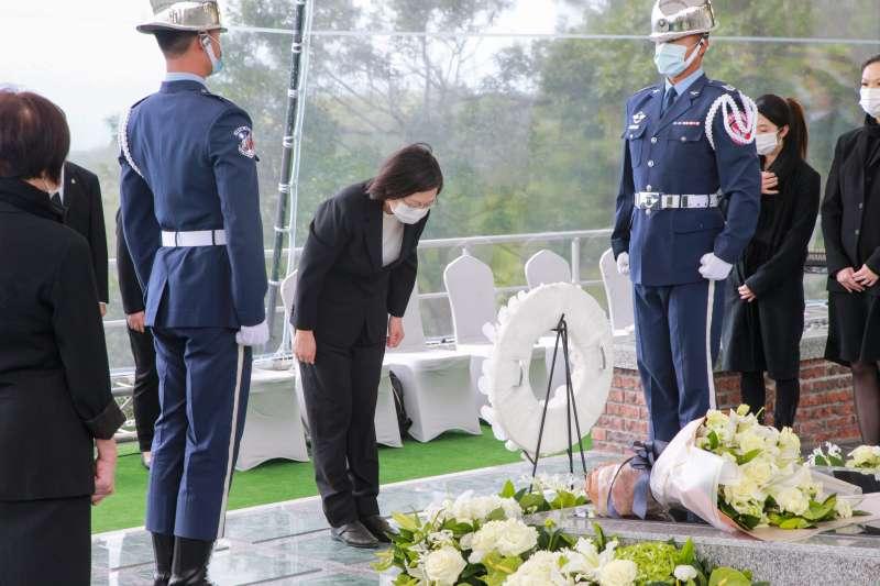 20201007-已故前總統李登輝奉安禮拜7日上午舉行,總統蔡英文鞠躬致意。(軍聞社提供)