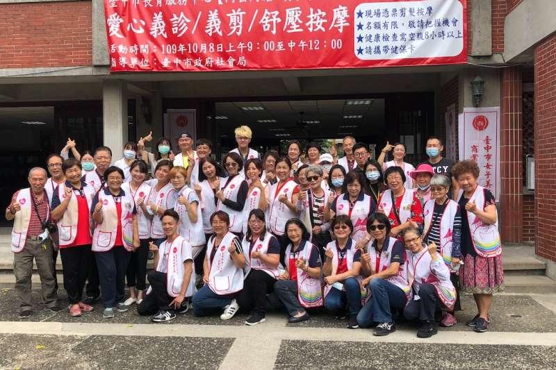 中市長青服務中心舉行義剪義診,為三百多位老被打理門面。(圖/台中市政府提供)