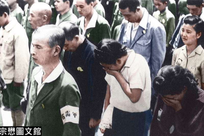 1945年8月15日,日本天皇透過廣播向全國人民發表無條件投降的詔書,東京皇居前的民眾掩面而泣。(圖/徐宗懋圖文館)