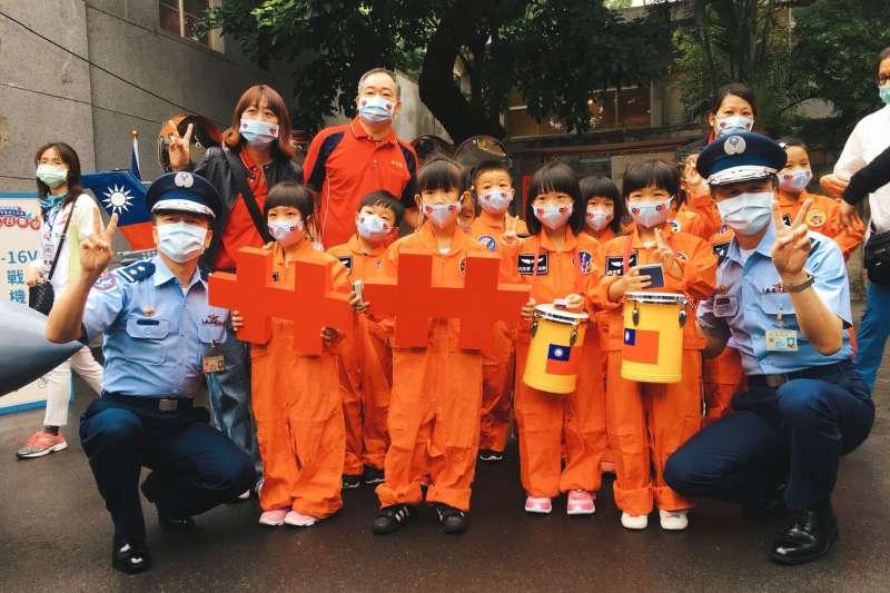 幼兒園小朋友樂隊表演與國軍弟兄共慶中華民國生日快樂。(圖/新北市文化局提供)