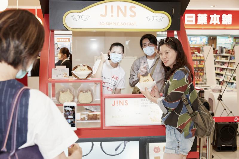 貓咪吐司上面還印著JINS可愛眼鏡,讓民眾忍不住排隊拍照,人氣相當旺。(圖/JINS提供)