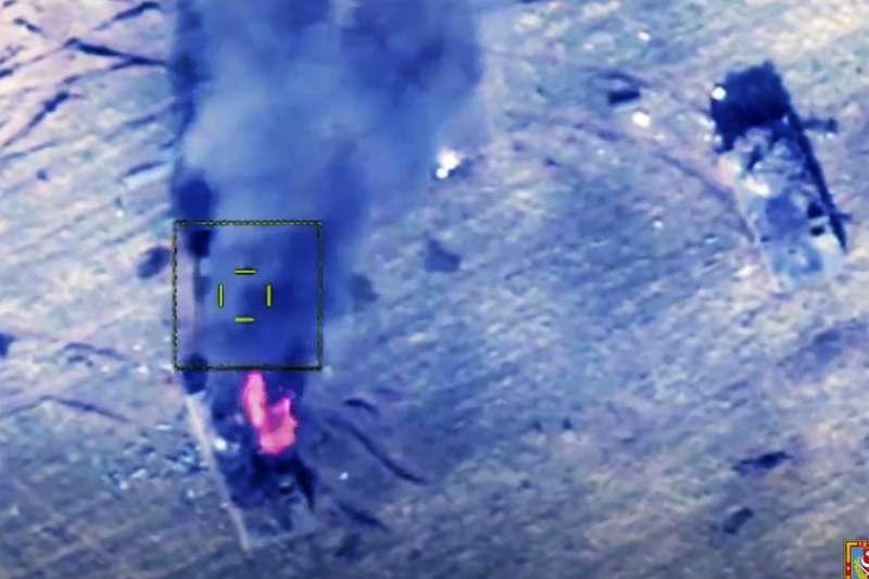 亞塞拜然軍方10日公布影像,他們攻擊了亞美尼亞在爭議納卡地區的武裝交通工具。(AP)