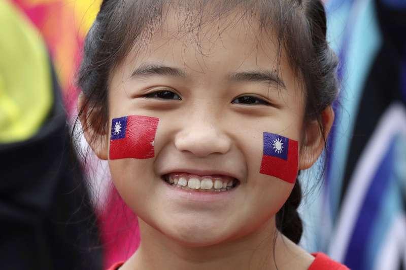109年國慶:臉上彩繪青天白日國旗的女孩(AP)