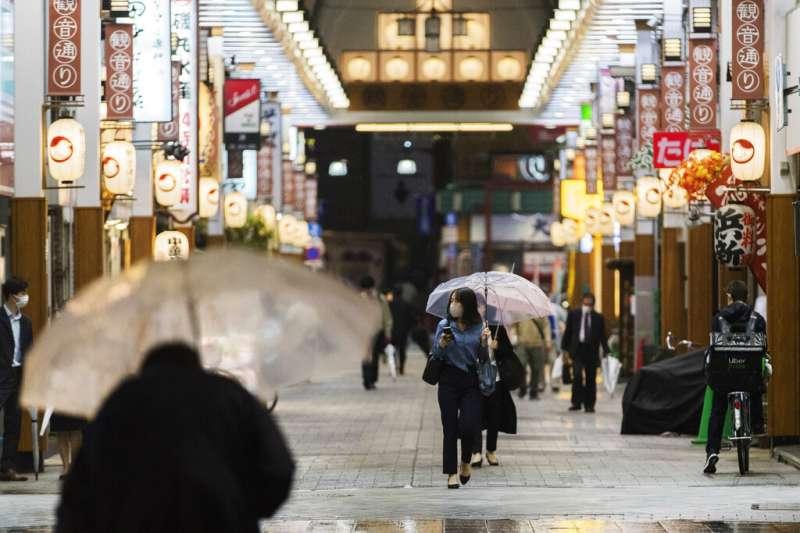 新冠疫情除對日本經濟造成打擊外,社會風氣也使民眾在防疫時承受極大壓力。(美聯社)