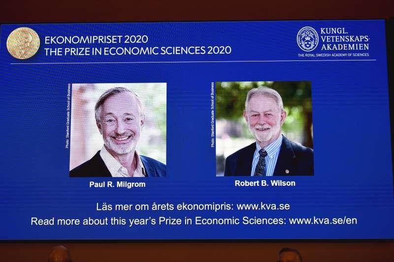 美國經濟學家米格羅姆(左)與威爾森對拍賣理論有貢獻,共享2020諾貝爾經濟學獎殊榮(AP)