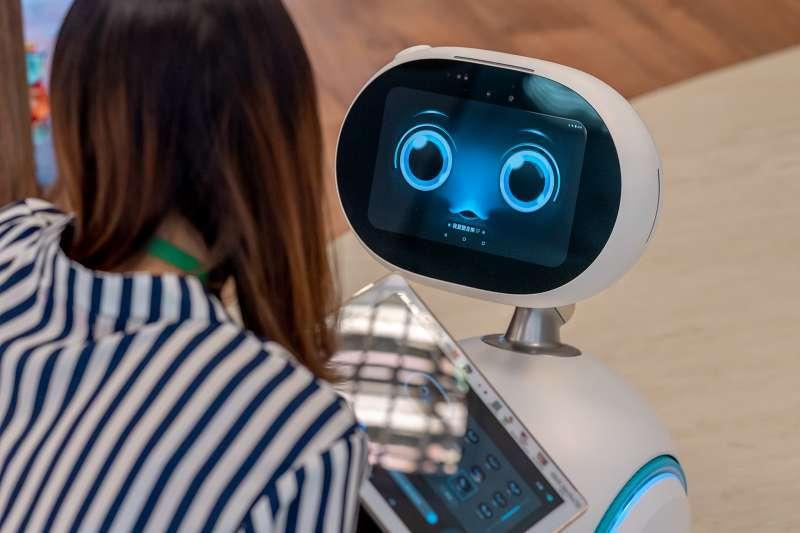 人工智慧學習科技與服務的關聯性,深入找到最適合投資者的策略與產品;另類投資提供進階投資工具,拓展投資者的投資視野: 一深一廣囊括了資產管理的所有面向。(示意圖/取自總統府@flickr)