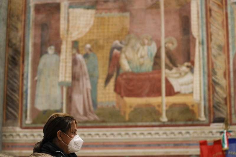阿庫堤斯的母親薩爾扎諾參加兒子的宣福禮(美聯社)