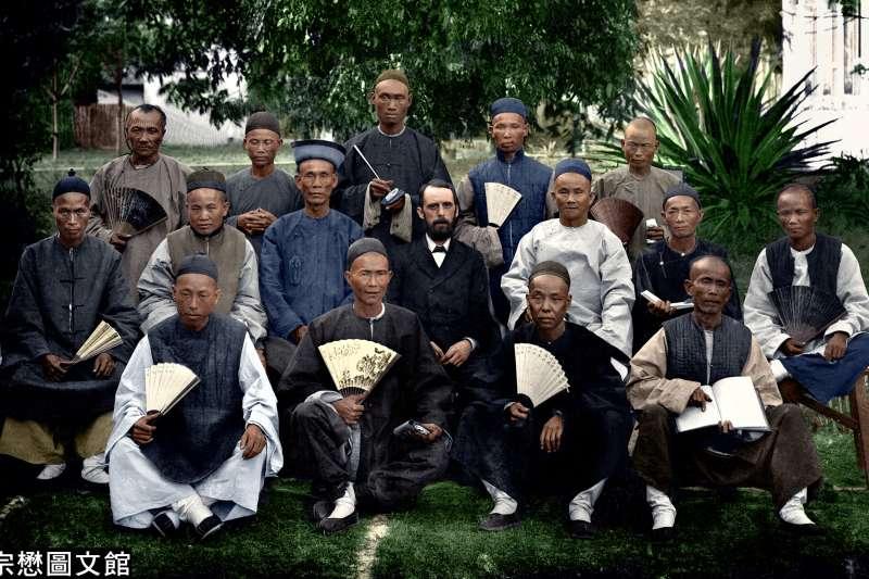 長老會牧師巴克禮在台南神學院與本地信徒合影。(圖/徐宗懋圖文館)