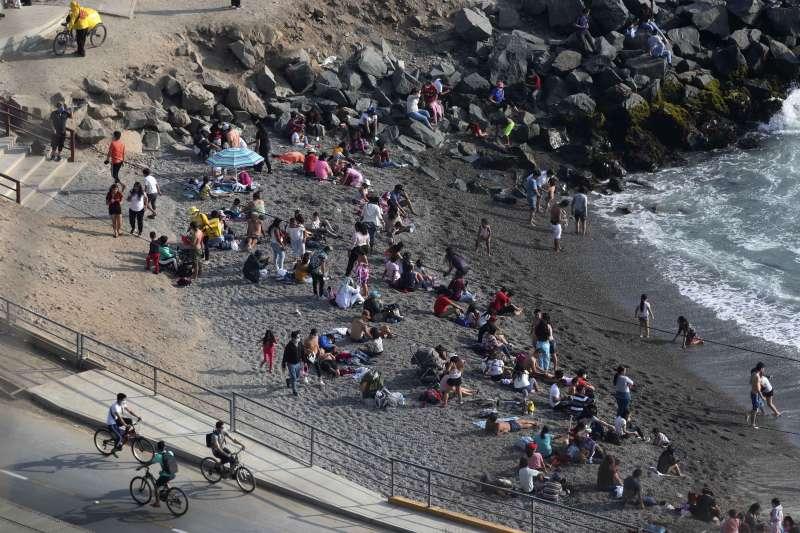 有科學家主張讓新冠病毒自然傳播,建立群體免疫。圖為智利首都利馬附近的海灘。(美聯社)