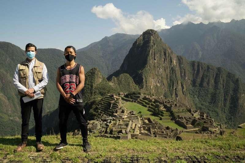 日本遊客片山(右)因新冠疫情受困秘魯,等了快7個月,秘魯日前特別為他開放古印加帝國遺跡馬丘比丘。如今馬丘比丘將在11月1日重新開放,不過每日僅接待675名遊客。(圖取自instagram.com/p/CGQvpQcpk8p)