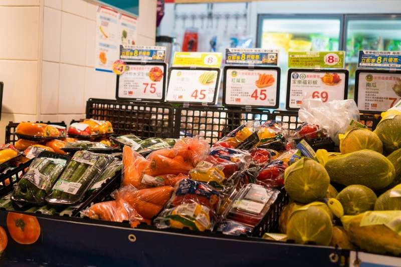 零售業再不改變,2040年全球恐會有3倍的塑膠垃圾流入大海。圖為超市蔬菜的塑膠包裝。(綠色和平提供)