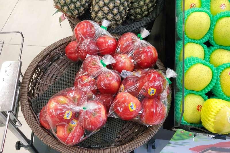 20201013-即便是裸賣水果都用塑膠袋預先包好。(綠色和平提供)