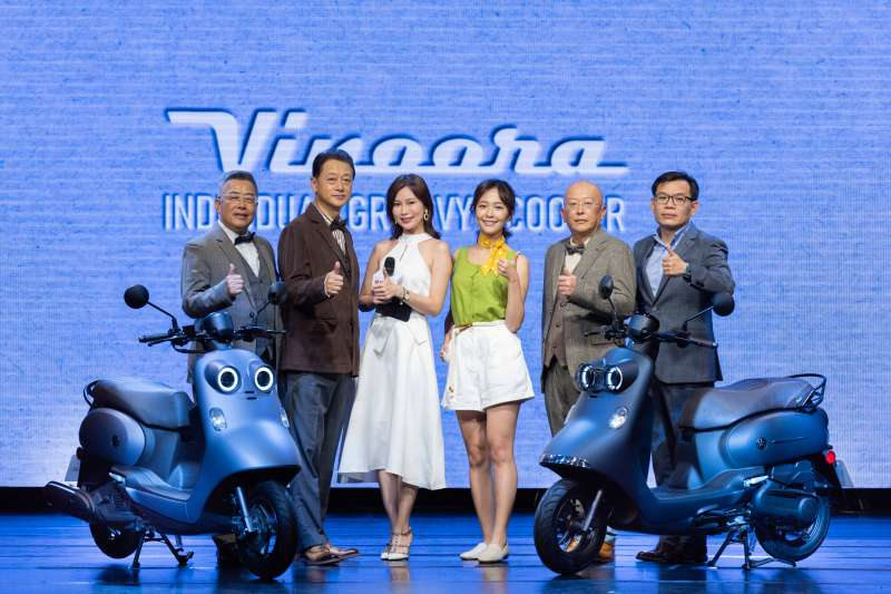 YAMAHA正式推出引領潮流全新時尚機種「Vinoora」,(圖左到右)台灣山葉機車 副總經理 高晴珀、副董事長 武田真二、主持人HARUKA、特別來賓海莉、總經理 奧谷賢宏、總經理 許漢權。(圖/YAMAHA提供)