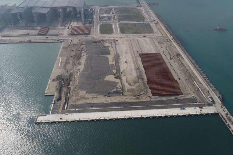 世紀風電為沃旭能源生產的水下基樁存放於位於台北港的離岸風電水下基礎廠房。(沃旭能源提供)