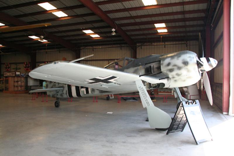 二戰德國空軍的代表性機種,Fw 190型戰鬥機,擁有比Bf 109更強大的火力與靈活性,曾令轟炸德國的美軍B-17轟炸機群吃進苦頭。(資料照,作者提供)