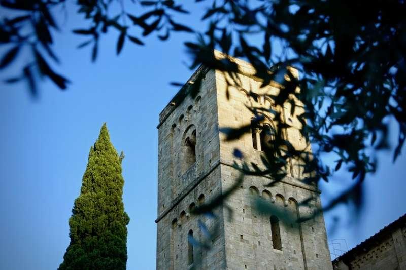 建於十二世紀初的聖安蒂莫修院教堂鐘樓(曾廣儀攝)