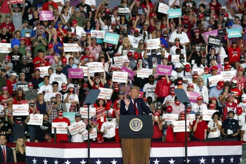 才剛染疫病癒的川普,在佛羅里達州出席造勢大會。(美聯社)