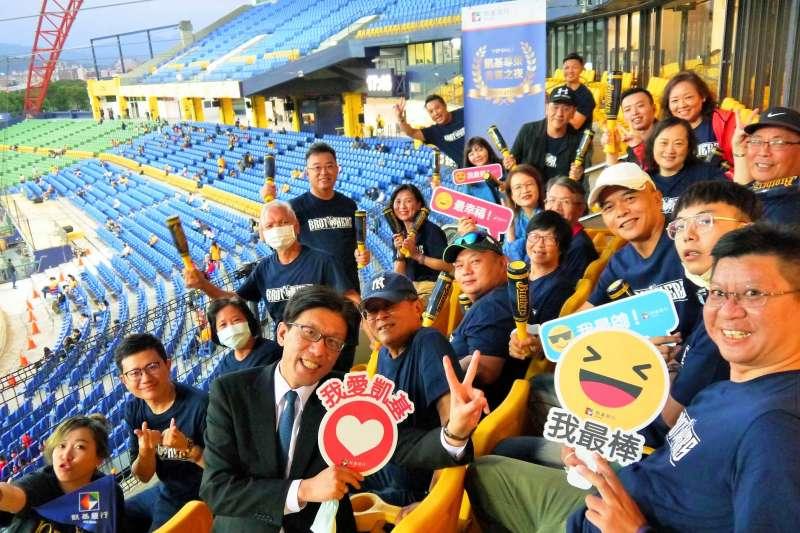 凱基銀行經營財富管理客群有撇步,「棒球之夜」邀請財管客戶攜伴於台中洲際棒球場貴賓包廂共賞熱血棒球賽。(凱基銀行提供)