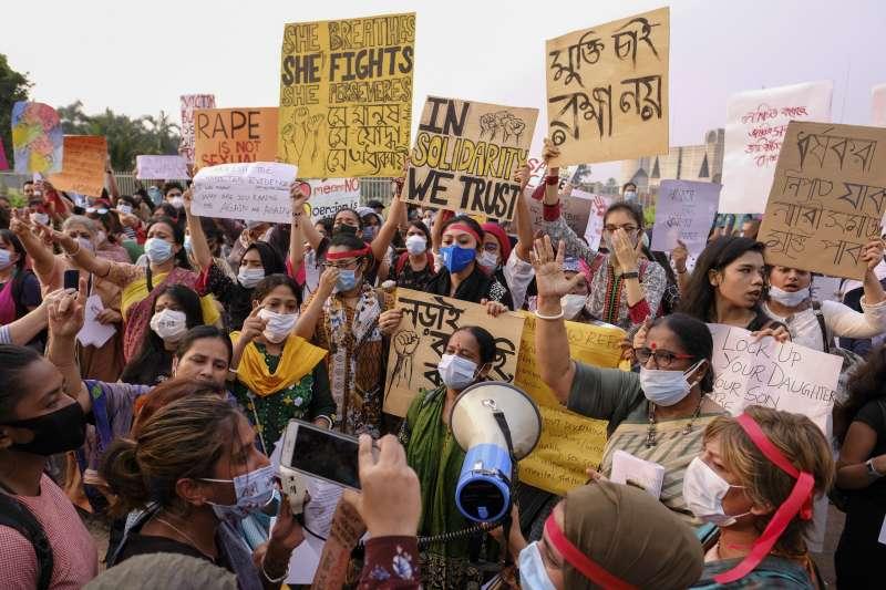10月9日,孟加拉首都達卡國會外,女權團體抗議針對女性的暴力行為(美聯社)