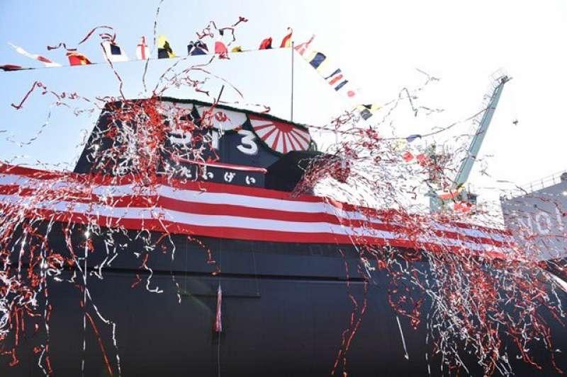 日本防衛大臣岸信夫14日在三菱重工的神戸造船所參加新造潛艦的命名式與下水式,並且宣布艦名為「大鯨」。(海上自衛隊)