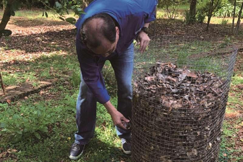 羅教授現場教學如何用落葉做有機堆肥。(圖為作者提供)