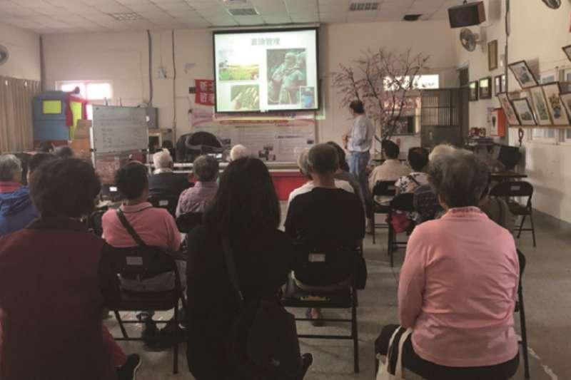 作者與羅教授8月27日到里民活動中心舉行說明會,與村民分享好土壤的重要性,以及如何用葉子進行有機堆肥。(圖為作者提供)