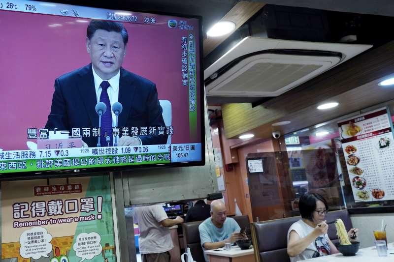 中國國家主席習近平14日在深圳出席經濟特區40週年慶祝活動,表態支持深圳實施綜合改革試點,將賦予深圳在重要領域和關鍵環節改革上有更多自主權。圖為香港餐廳播放習近平出席經濟特區週年慶祝大會(AP)