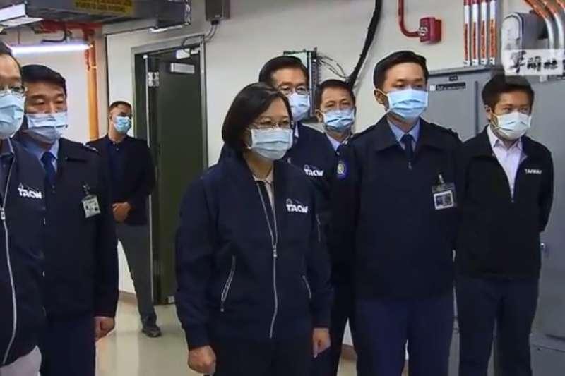總統蔡英文13日在樂山雷達站聽取簡報,左三為是美國原廠技術代表者。(取自軍聞社影片)