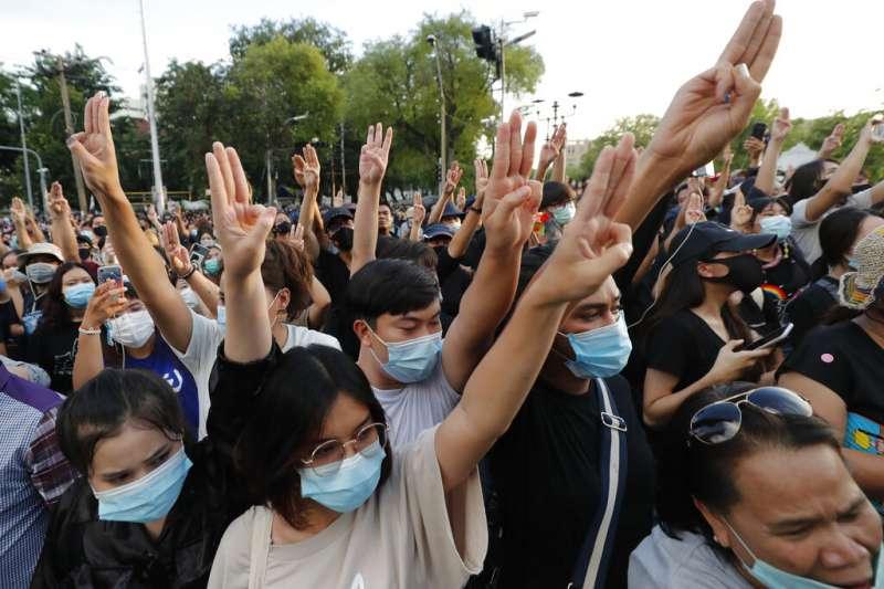10月14日下午,泰國曼谷8000名以上示威者要求總理下台,並對王室車隊舉起《飢餓遊戲》經典手勢。(AP)