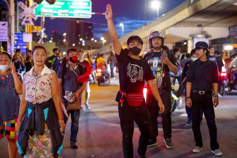 10月15日凌晨,泰國曼谷的示威民眾仍不散去。(AP)