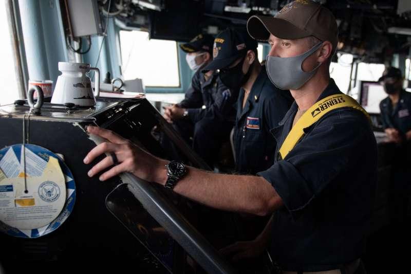 美國海軍太平洋艦隊伯克級飛彈驅逐艦貝瑞號(USS Barry-DDG 52)14日通過台灣海峽。(取自U.S. Pacific Fleet臉書)
