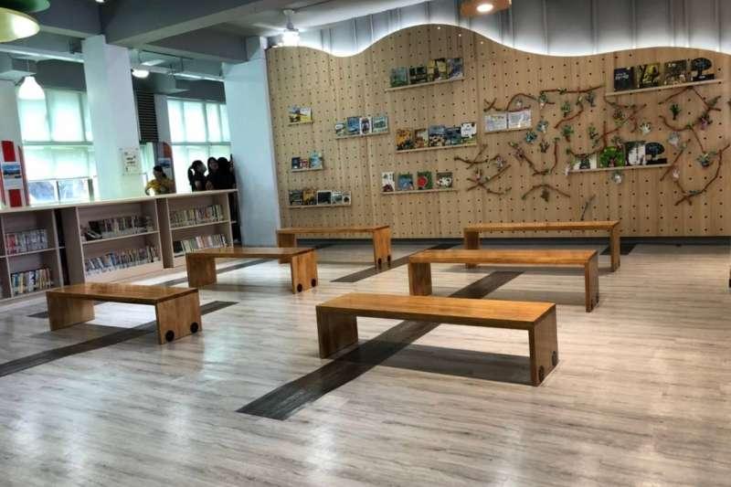 經過改善後,彰化平和國小圖書館內部空間更大更明亮。(圖/彰化縣政府提供)