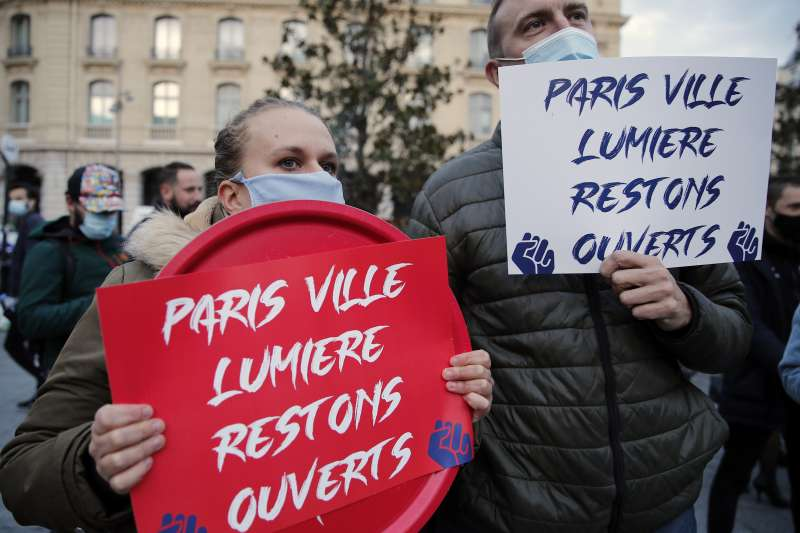 「巴黎是光之城,保持開放」。2020年新冠肺炎疫情重創法國,政府封鎖措施引發民怨(AP)