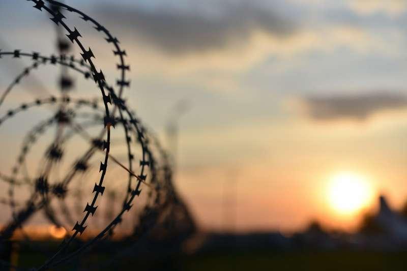 國內在不同世代的再犯研究都顯示,出獄人缺乏穩定工作,就有增強再犯的可能性。(取自shutterstock,作者提供)