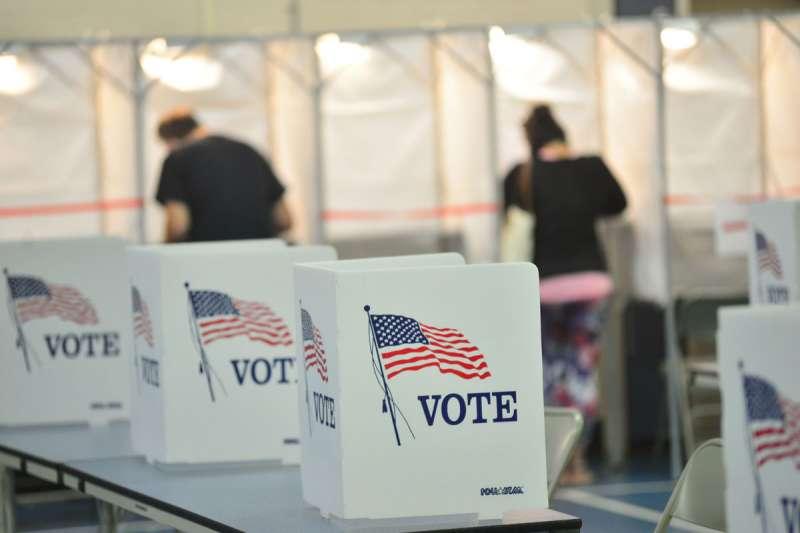 美國網媒《Politico》指出,老舊與故障投票機,以及投票所使用的網路、伺服器都有停機與遭駭的安全風險。(美聯社)