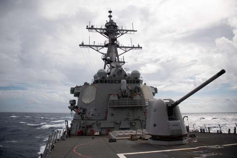 國防部25日證實一艘美軍作戰艦昨由北向南通過台灣海峽,美海軍第7艦隊資訊,披露該艘我國防部口中的「美作戰艦」,實際上是伯克級飛彈驅逐艦「柯蒂斯威爾伯號」。(資料照片,取自U.S. Pacific Fleet臉書)