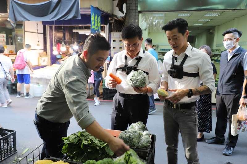 為推廣台北深度旅遊,交通部長林佳龍日前與立委林昶佐拍攝短片,兩人一同逛傳統市場。(交通部提供)